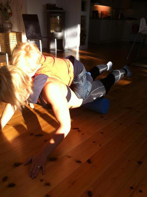 Foam roller kan gi deg en skikkelig god treningsøkt også. Med Magnus på ryggen blir det ekstra tøft for armer, skuldre og kjernemuskulatur. Pluss i boka for at Magnus har det artig samtidig.