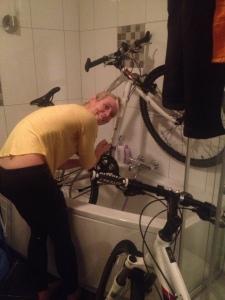 Vi har hver vår vintersykkel. To tunge sykler med piggdekk. Nå var de veldig skitne og trengte en real vask.