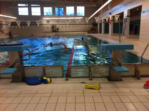 Her på Domus Athletica, i hurtigbanen lengst til høyre, legger jeg igjen rundt 15.000 meter hver uke. Kjempefint treningsbasseng med siviliserte svømmere, der de aller fleste kjenner sin besøkelsestid og kan sin bassengkotyme.