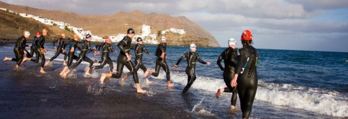 Massestart fra strand er en fin måte å trene konkurransespesifikt på. Med en stor gjeng ble det veldig reelt og alle ville først frem til bøya der ute. Mye bølger hadde vi også, så her var det mange krefter i gang.