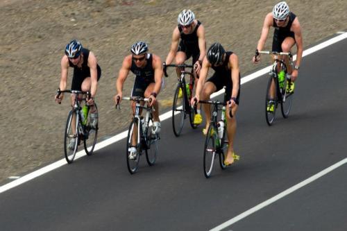 Her er en av guttas grupper på vei inn mot skifting til løp. Her har allerede sykkelskoene kommet av for en av dem, viktig forberedelse inn mot skiftesonen. Takk til Joachim Wallen for foto :-)