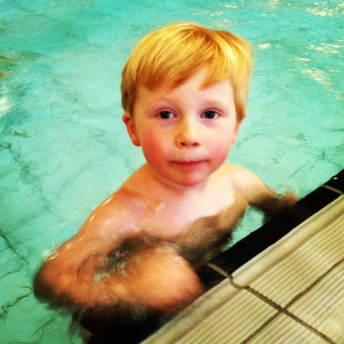 Ukens høydepunkt er svømmekurs med Magnus. Han er som en fisk og det eneste problemet er at han ikke vil være med hjem igjen.