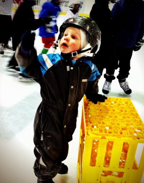 I Bærum Ishall er det hver lørdag et yrende liv med nærmere 100 barn på isen samtidig, i ulik alder med svært ulike ferdigheter. Magnus er fortsatt glad i bruskassa, og det viktigste er jo at han trives med å være i aktivitet.
