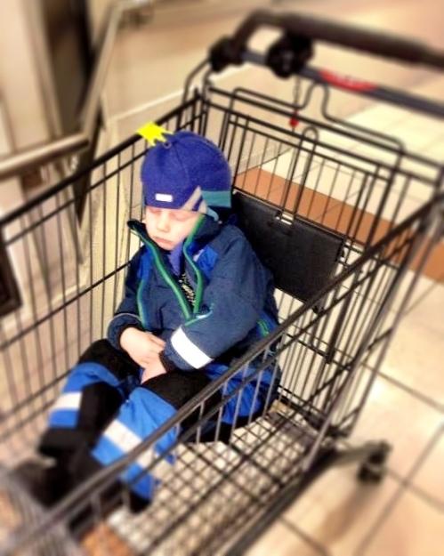 Det tar på å være på farten hele dagen. Også for treåringer. Her sover Magnus i handlevogna på CC Vest på vei hjem fra hockeyskolen.