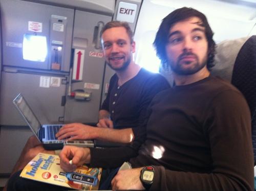 Alexander og Espen var godt fornøyd med plassene på flyet.