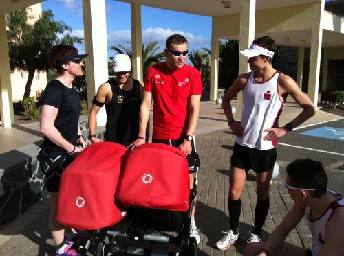 Her er vi klare for løpetur etter flyturen. Sportssjef Arild Tveiten med tvillinger i vogn. Mette og jeg er glad vi har barnefri første uken :-)