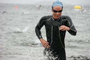 Her fra en av forrige sesongs tøffeste svømmeetapper. NM olympisk distanse på Nesodden. Store bølger og mye maneter, pluss runding på land med løping mellom (tre runder). For meg var det bare positivt, for jeg er sterk og kommer meg greit gjennom bølgene. Tiden ble ikke så verst, til tross for at jeg tok igjen flere med over en runde - jeg var første dame opp av vannet på 21.50.