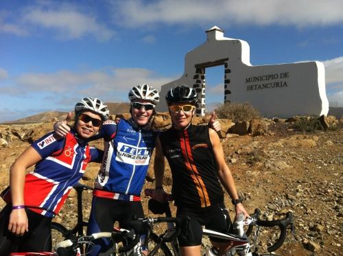 Her er det Susanne Sekkesæter, Lotte MIller og jeg som har klatret opp en laaang bakke før Betancuria.
