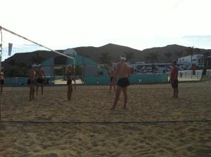 Playitas har en fin strandvolleyballbane. Her spiller vi turnering mellom øktene.