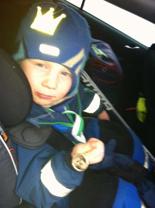 """Det var en stolt gutt som lørdag kom hjem med gullmedalje rundt halsen etter hockeyskolen. """"Akkurat som deg mamma!"""""""