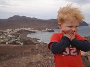Du kan gå over fjellene til nabobyen Gran Tarajal. Husk genser eller vindjakke, det blir fort kaldt i vinden.