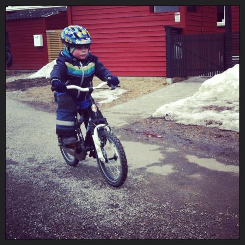 Etter et år med balansesykkel (løpesykkel) gikk det fryktelig fort å lære seg å sykle. Imponert over balanseferdighetene hans!