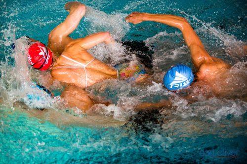 Her øver vi på å svømme flere tett på hverandre. Jeg er i midten og de andre forsøker å plage meg mest mulig på veien over til andre siden av bassenget.