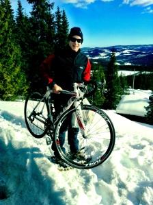 Sykkelen fikk være med til fjells og fikk godt selskap av pulk og langrennski.