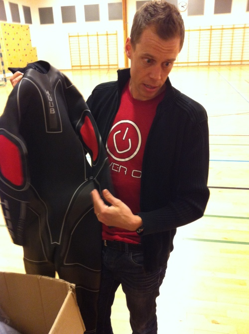 Rasmus viser frem sine HUUB-drakter og kunne fortelle om god fleksibilitet, nyttig stabilitet og plass til både biceps og legger i toppmodellen.