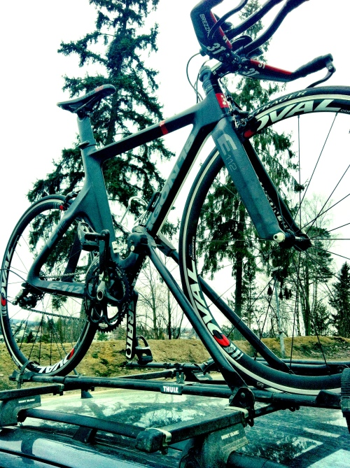 Min nye sykkel trygt plassert på taket av vår Skoda Fabia på vei fra Oslo til Holmestrand.