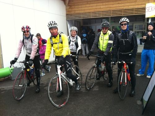 """Denne gjengen syklet fra Oslo, løp halvmaraton og syklet hjem igjen. Ifølge Kristian Schiander var det en fin og rolig sykkeltur begge veier, de kom seg heldigvis nesten helt hjem igjen før himmelen åpnet slusene. """"Godt å kjenne at man lever litt"""", sa han etter endt tur."""
