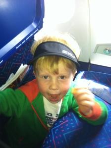 Magnus var fornøyd med min nye visor. Han fikk skygge for sola og kunne kikke ut av vinduet hele flyturen.