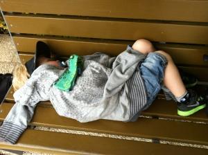 Magnus sovnet på bussen og våknet ikke før etter en stund sovende på benken ved inngangspartiet på hotellet. Hvor har han arvet dette sovehjertet fra?