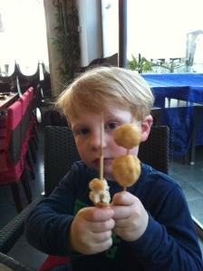 """En fornøyd gutt med kyllingballer på spyd (kyllingkjøtt på spyd altså). Sausen som fulgte med var ifølge M """"veldig spesiell"""" så han spiste dem bare."""