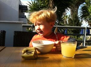 Det var godt at Magnus likte frokosten, for han har brukt masse energi i dag!