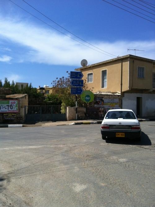 Et T-kryss. Ta det pent og rolig i starten er min anbefaling. Det går av seg selv etter hvert. For øvrig er det veldig godt skiltet her på Kypros. Ingen sak å finne frem der jeg sykler fra småby til småby.