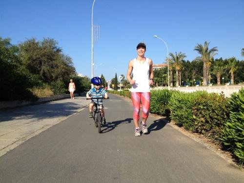 Hvem kan vel si nei til å starte dagen slik? Helt knall at det er så fine sykkelveier, det gjør det lett å ta Magnus med ut for å sykle/løpe.