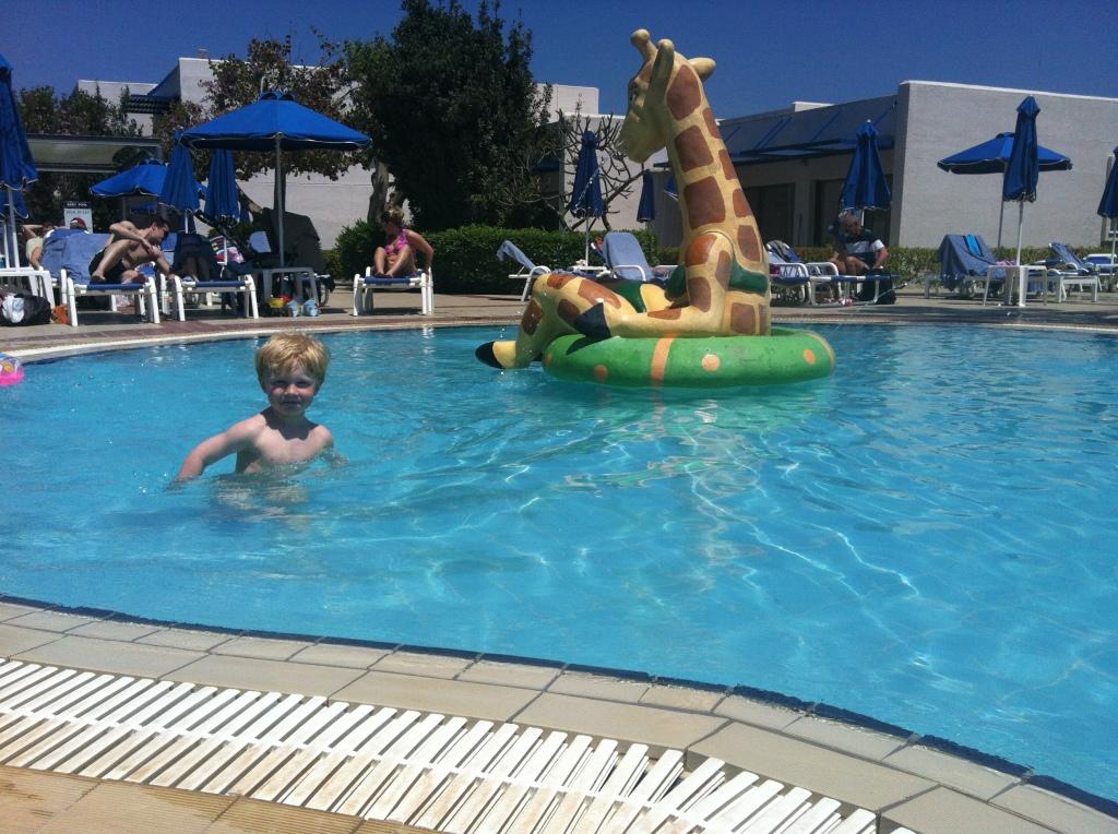 Fin temperatur, rett dybde og en stor Lollo midt i bassenget. Her ville Magnus bli!