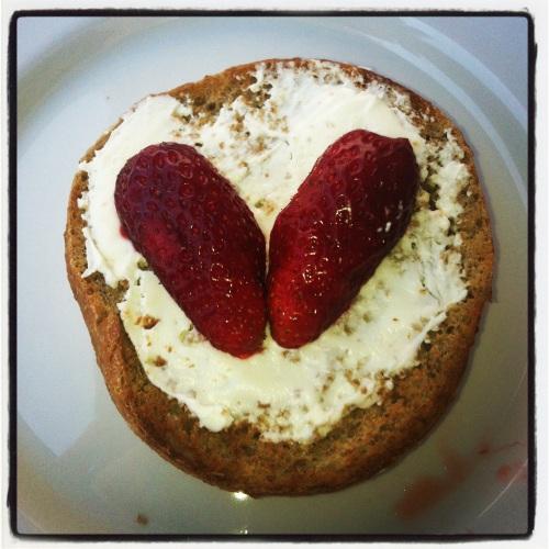 Inspirert av Ving sin nye hjertelogo ble det rundstykker med jordbærhjerter til lunsj.