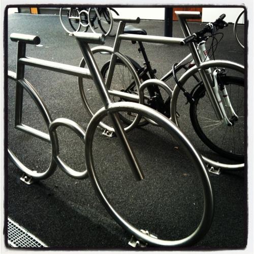 Du kan stille med den sykkelen du vil, men jeg anbefaler at du bruker en som ikke er naglet til bakken. Dette er faktisk et sykkelstativ!