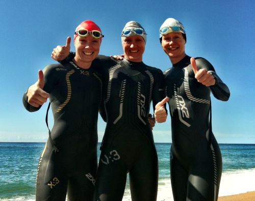Tre blide norske jenter før svømmetreningen tidligere i dag.