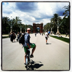 For 10 € fikk vi beholde syklene i fem timer. Billig og rask måte å komme seg rundt i storbyen på. Bare husk å låse godt om du setter sykkelen fra deg, ifølge utleier ble sykler stjålet over en lav sko.