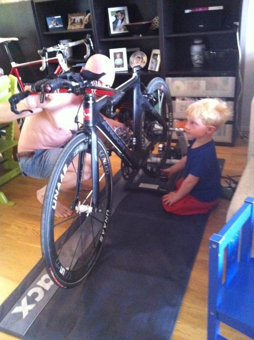 Siden jeg kan fryktelig lite om sykler og mekking, er det gutta som gjør mesteparten. Prøver å følge med selv, men synes det er vanskelig.