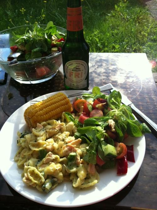 Laks, pasta, spinat, mais og salat med halloumiost. Og Grans Fri til. Perfekt middag i sola :-)