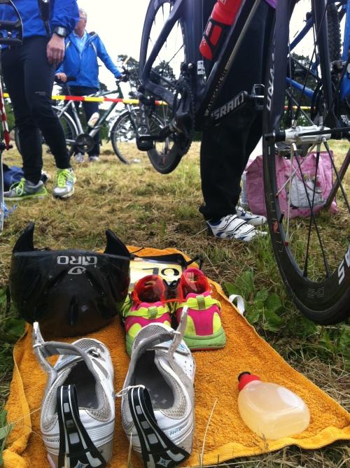 God planlegging i skiftesonen er viktig. Her har jeg lagt frem sykkelsko, løpesko, solbriller, hjelm og drikkeflaske. God organisering sparer deg for mye tid her.