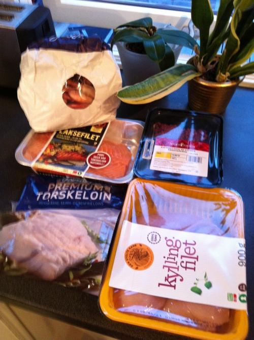 Basis for middagsmat i en uke. Laks, torsk, kylling og karbonadedeig. Det kan jeg lage mye godt av!