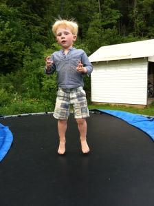Magnus på trampoline