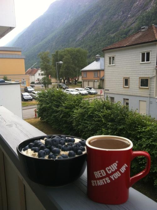 Dette var frokosten min før Tuddal triathlon i fjor. Havregrøt med blåbær på. Og kaffe.