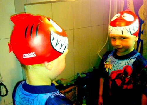 """Stolt gutt sjekker hvordan haifinnehetta fra Zoggs ser ut på hodet. """"Mamma, kan vi dra på Hundsund nå?"""""""