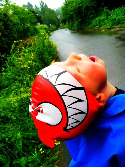 Badehette funker faktisk veldig bra som regnbeskyttelse. Magnus var mer opptatt av å fange noe med munnen enn å gjemme seg for det våte.