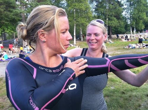 Litt hjelp med våtdrakten var alt som skulle til. Sara var som fisken i vannet på sin første open water trening.
