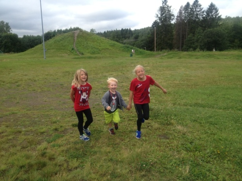 """Ingen sak å være med mamma """"på jobb"""" når det er så mange barnevakter å ha det moro med! Triathlon er gøy for alle :-)"""