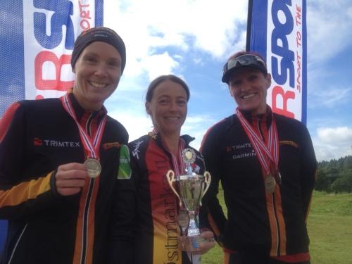 Østmarka tok også laggullet i NM. Mette, Marit og meg på pallen med gull rundt halsen og pokal attpå.