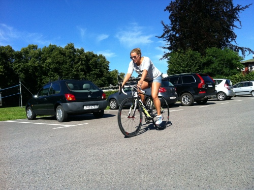 Sara rakk noen testrunder på parkeringsplassen og en runde gjennom løypa før hun stilte til start i sitt første triatlon.