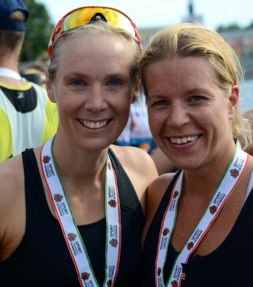 To blide jenter i mål. Foto: Bent Olav Olsen.