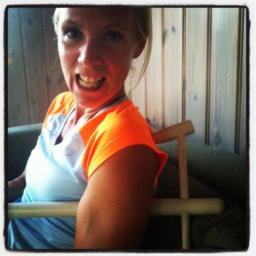 Her jobber jeg med et triggerpunkt bak på skulderen. Får god hjelp av sofaryggen når jeg lener meg skikkelig inntil. Au!