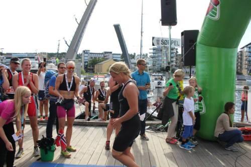 Charlotte Thorsen (i rød drakt) og jeg heiet Sara Nordenstam over mållinjen. Foto: Tracey Maylon-Knott.