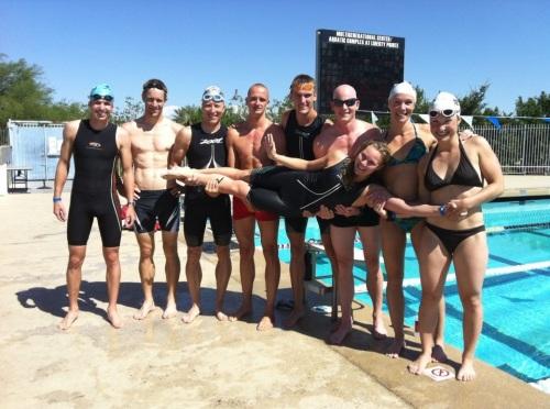 Deler av den norske troppen samlet til svømmetrening før konkurransen i fjor.