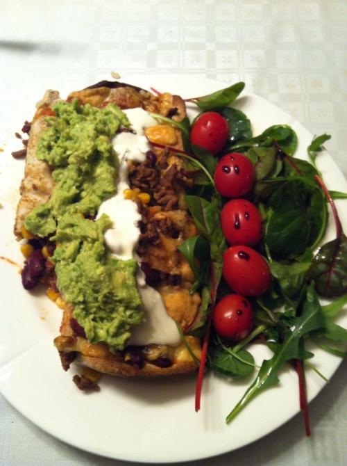 Nå som høsten nærmer seg kommer denne retten oftere på bordet. Hjemmelaget enchilladas med guacamole og grønnsaker til. Hele familien spiser til det er tomt.