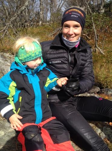 Med snyltekopp og melkesjokolade i lomma kom vi oss langt på fjellet. Magnus gikk og gikk, det blir en skikkelig turkar av ham!